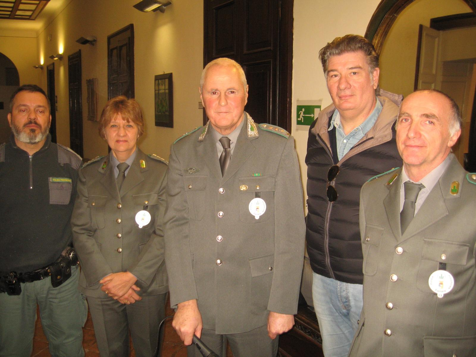 Nella foto il comandante della Polizia provinciale - al centro - con i colleghi Massimo Franceschi, Laura Trentini, Marco ravaglia e Davide Latta