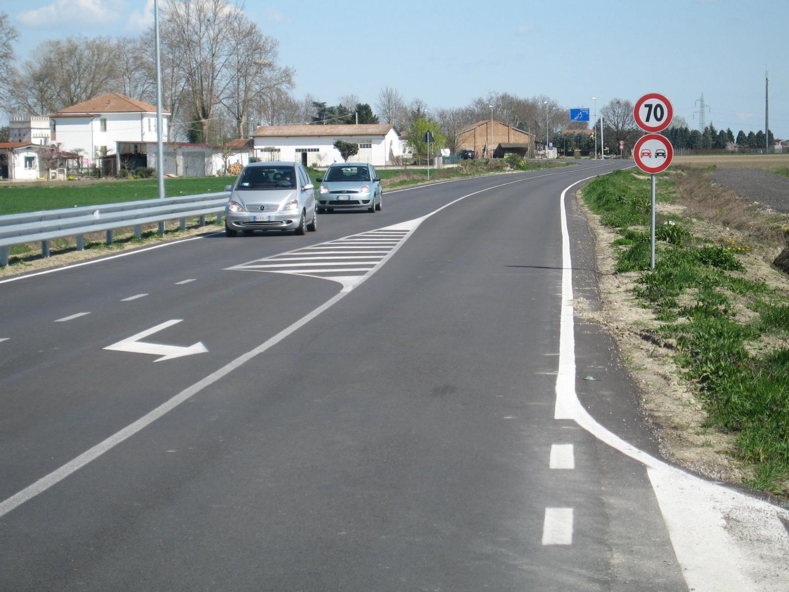 Passaggio di auto lungo una strada provinciale