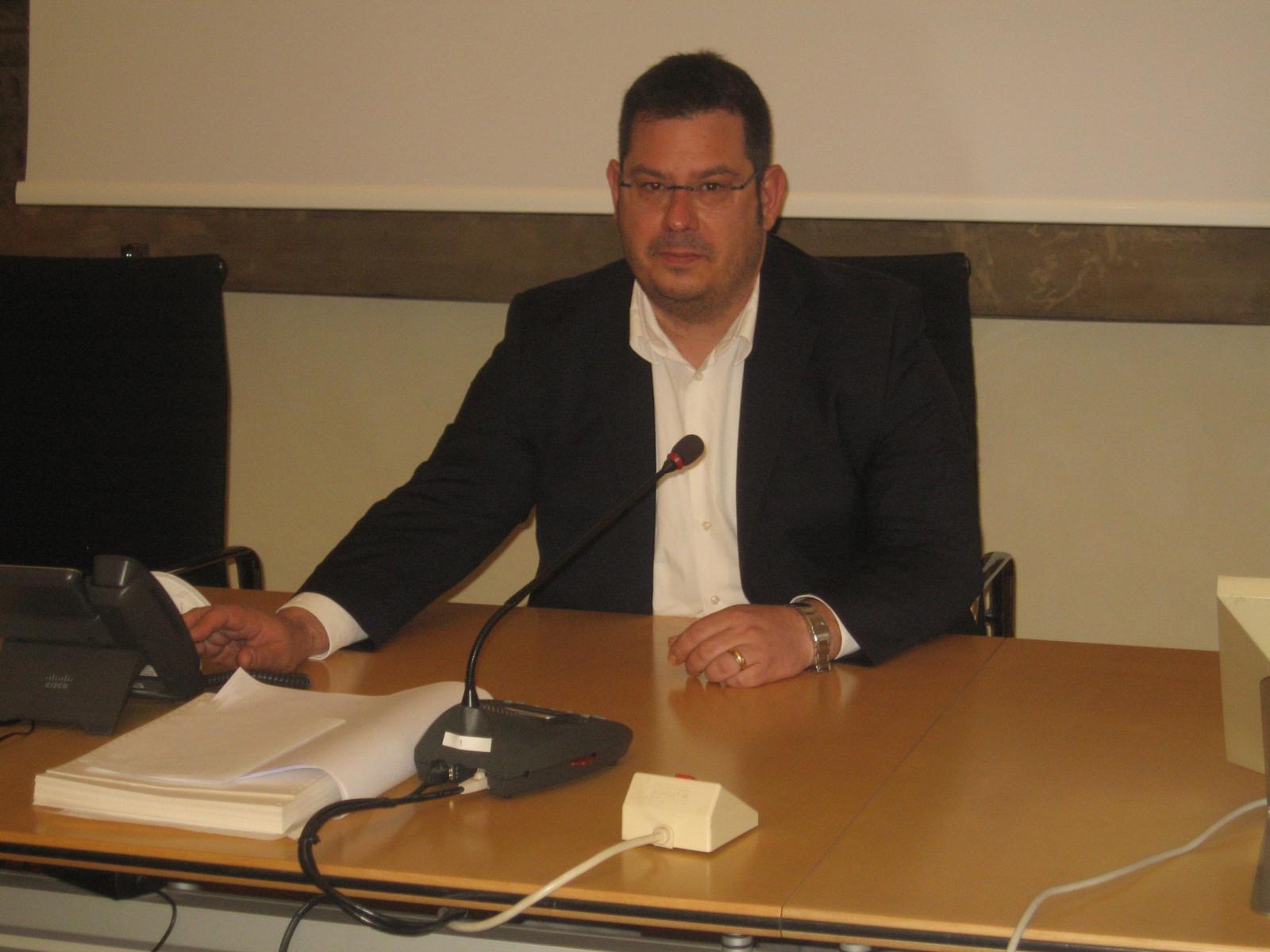 Il vicepresidente Minarelli nella sala del Consiglio provinciale