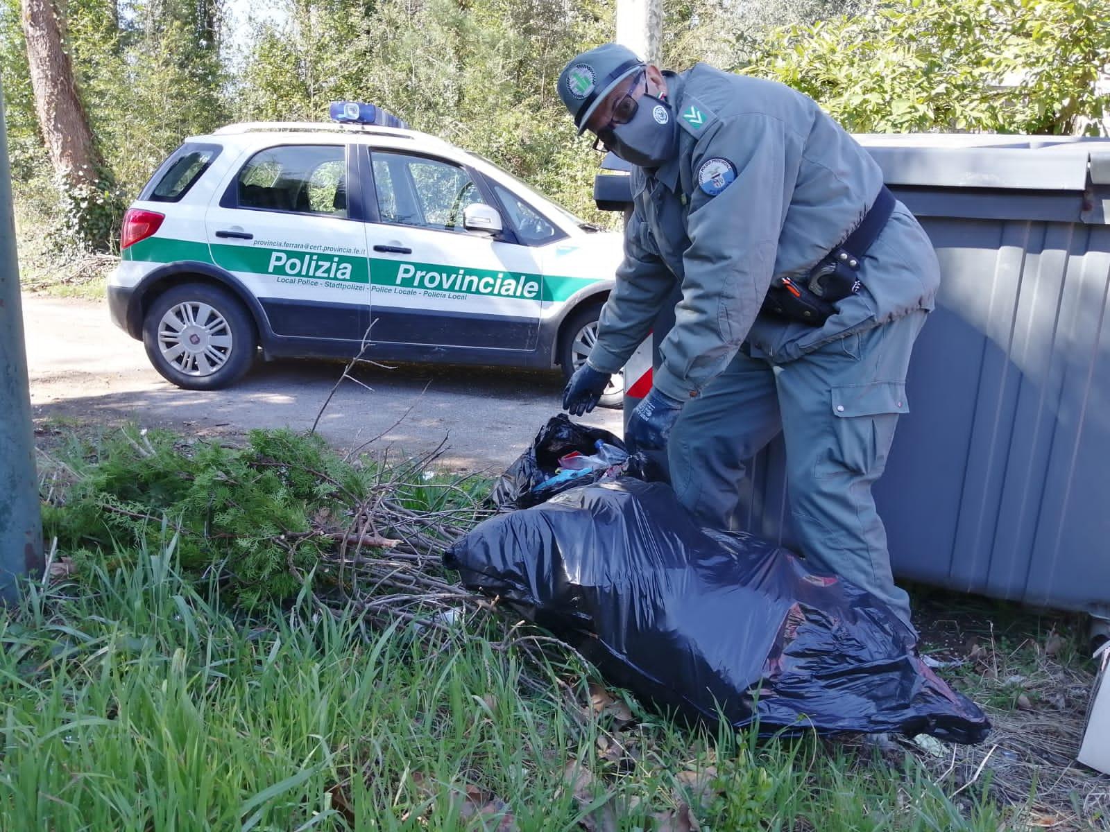 Agente di Polizia provinciale con sacco rifiuti abbandonato illegalmente