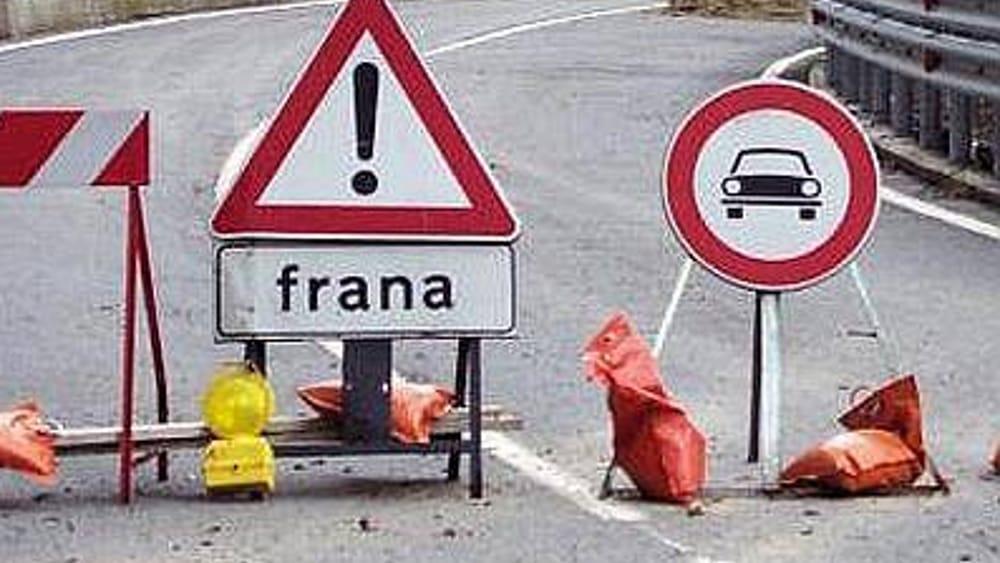 Cartelli stradali divieto accesso causa frana