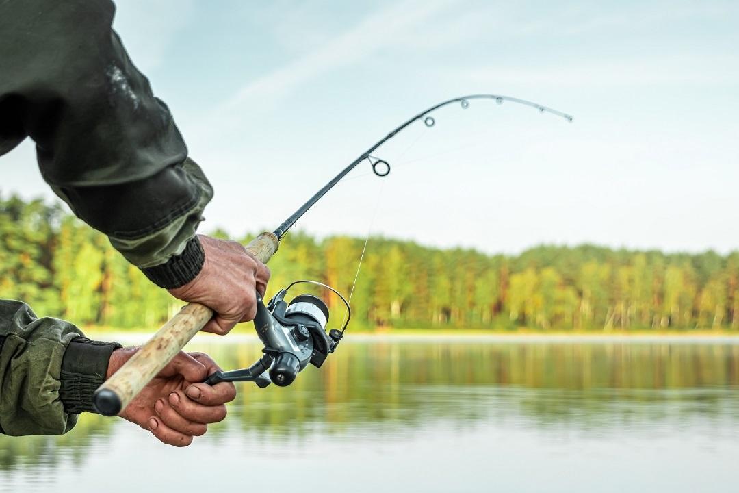 Un pescatore con la lenza in mano