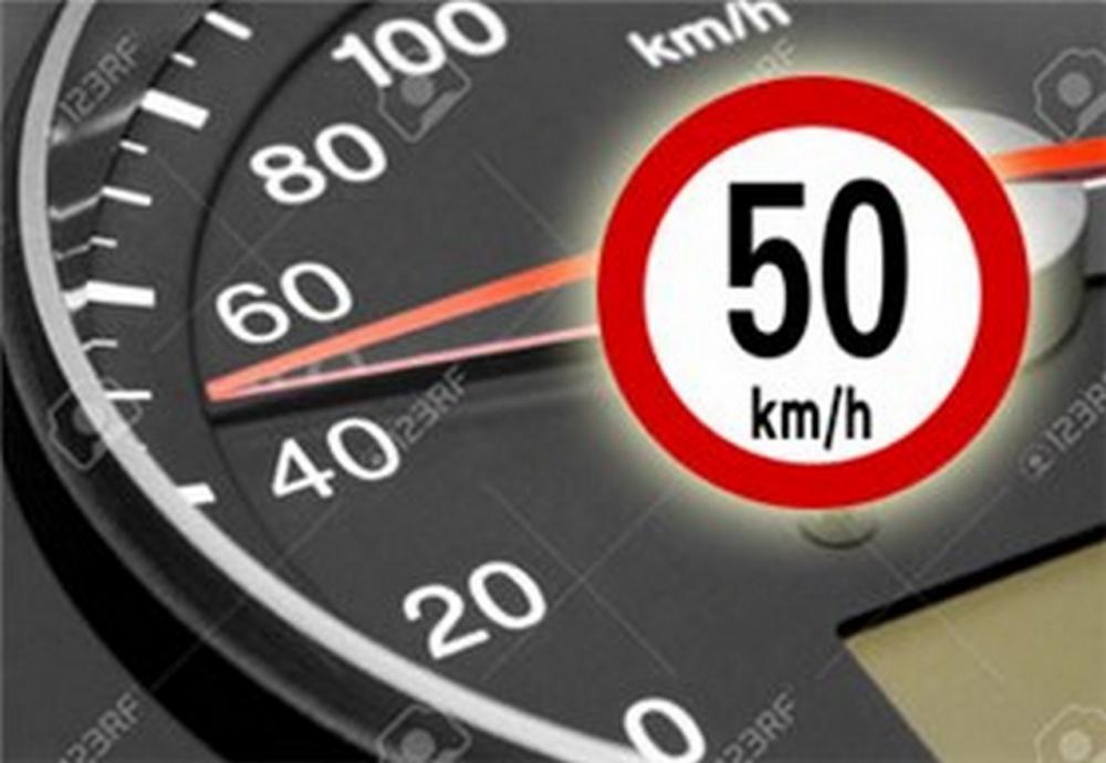 Un contachilometri di un auto con limite di velocità