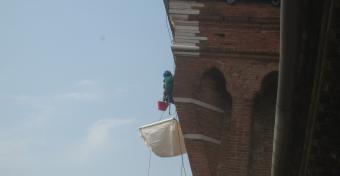 Rimozione delle erbacce sulla torre