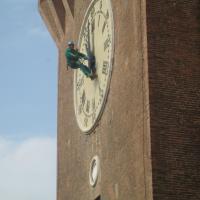 Rimozione delle erbacce sull'orologio